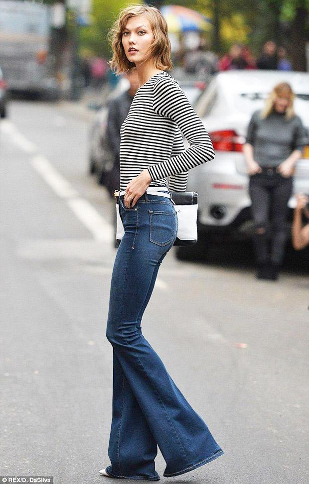 flare jeans e maglia a righe